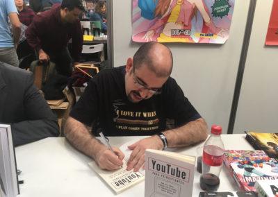 """Firmando ejemplares del libro """"Youtube para principiantes"""" durante el Salón del Cómic de Barcelona."""
